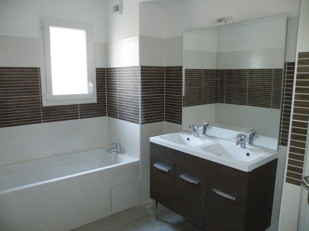 Appartement de standing vendre carqueiranne type1 for Baignoire et douche accolees